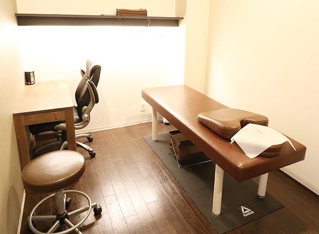 落ち着いた清潔感のある施術室